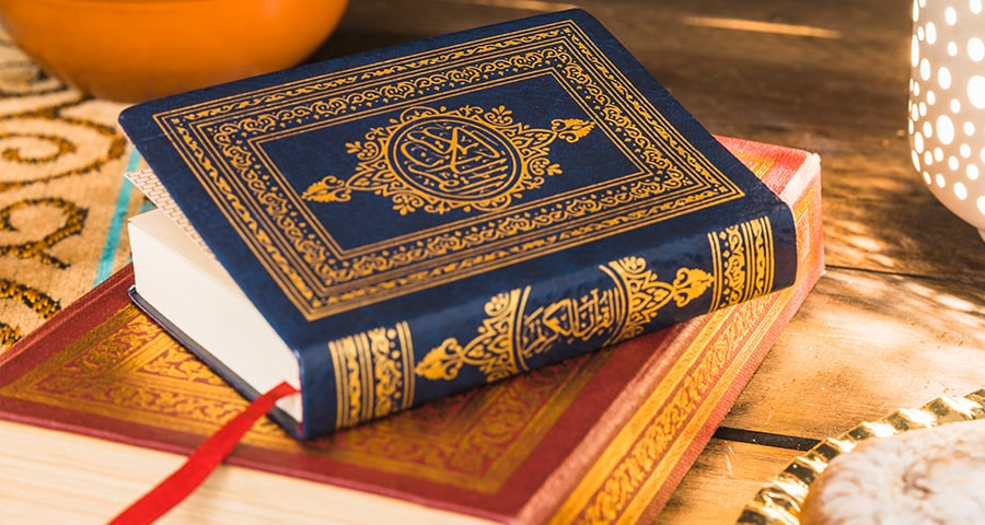 Corans posés sur une table