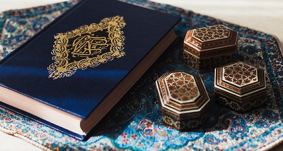 Coran bleu marine avec petites boîtes en bois sur fond bleu